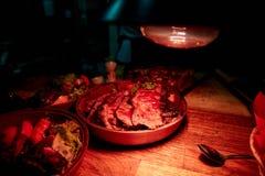 Juicy φέτες της μπριζόλας σε ένα πιάτο σε ένα εστιατόριο στοκ εικόνα με δικαίωμα ελεύθερης χρήσης