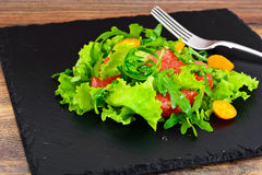 Juicy φρέσκια πράσινη σαλάτα του μαρουλιού, Arugula, Gapefruit και Kumqu Στοκ Εικόνες