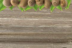 Juicy φρούτα ακτινίδιων στο ξύλινο υπόβαθρο στα σύνορα της εικόνας με το διάστημα αντιγράφων για το κείμενο Τοπ όψη Στοκ φωτογραφία με δικαίωμα ελεύθερης χρήσης
