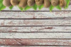 Juicy φρούτα ακτινίδιων στο ξύλινο υπόβαθρο Στοκ Φωτογραφία