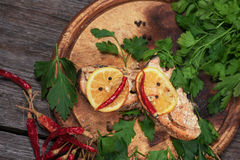 Juicy ψημένος σολομός με το λεμόνι και τα χορτάρια Στοκ εικόνα με δικαίωμα ελεύθερης χρήσης
