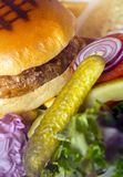 Juicy ψημένο στη σχάρα χάμπουργκερ βόειου κρέατος Στοκ Εικόνα