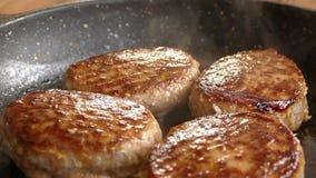 Juicy cutlets προετοιμάζονται σε ένα τηγανίζοντας τηγάνι Τοποθετήστε το πιάτο κρέατος στο πιάτο φιλμ μικρού μήκους