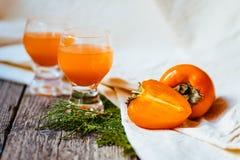 Juicy persimmons και φρέσκος χυμός από πορτοκάλι Στοκ φωτογραφίες με δικαίωμα ελεύθερης χρήσης