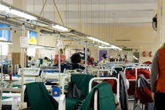 21 juillet 2017 : Femmes travaillant à une usine de vêtement dans la ville ukrainienne de Balta discutant un plan de travail Image libre de droits