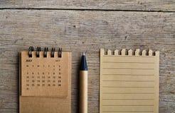 juillet Feuille de calendrier sur le fond en bois Photo libre de droits