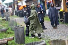 11 JUILLET 2013 - GARANA, ROUMANIE Scènes et les gens s'asseyant ou marchant sur la rue dans un jour pluvieux Photographie stock libre de droits