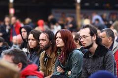11 JUILLET 2013 - GARANA, ROUMANIE Scènes et les gens s'asseyant ou marchant sur la rue dans un jour pluvieux Photographie stock