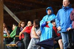 11 JUILLET 2013 - GARANA, ROUMANIE Scènes et les gens s'asseyant ou marchant sur la rue dans un jour pluvieux Images libres de droits