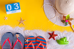 3 juillet Image de calendrier du 3 juillet avec les accessoires de plage d'été et l'équipement de voyageur sur le fond Jour d'été Images stock