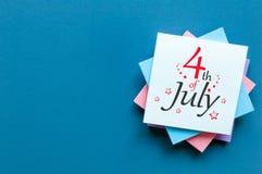 4 juillet Image de calendrier du 4 juillet sur le fond bleu Arbre dans le domaine L'espace vide pour le texte Jour de la Déclarat Photos libres de droits