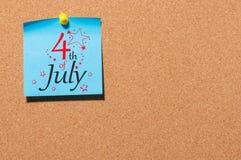 4 juillet Image de calendrier du 4 juillet sur le fond de panneau de liège Arbre dans le domaine Jour de la Déclaration d'Indépen Photos stock