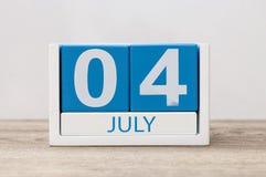 4 juillet Image du 4 juillet, calendrier sur le fond blanc Arbre dans le domaine L'espace vide pour le texte Jour de la Déclarati Images stock