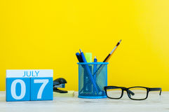 7 juillet Image du 7 juillet, calendrier sur le fond jaune avec des fournitures de bureau Jeunes adultes Avec l'espace vide pour  Photos libres de droits