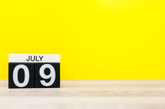 9 juillet Image du 9 juillet, calendrier sur le fond jaune Jeunes adultes Avec l'espace vide pour le texte Photos libres de droits