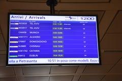 2016 juillet Italie - écran de l'information d'arrivée d'avion à l'aéroport italien Images stock
