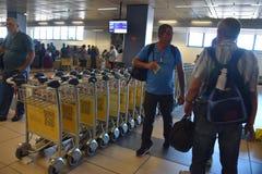 2016 juillet Italie - chariots pour le bagage et les gens et l'aéroport italien Photographie stock libre de droits