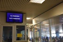2016 juillet Italie - fenêtre du contrôle de passeport à l'aéroport Image libre de droits