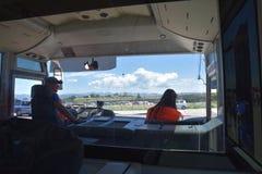2016 juillet Italie - l'autobus porte des personnes à l'aéroport Image stock