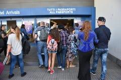 2016 juillet Italie - les gens passent la main de passeport à l'aéroport Photos libres de droits