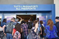 2016 juillet Italie - les gens passent la main de passeport à l'aéroport Image libre de droits