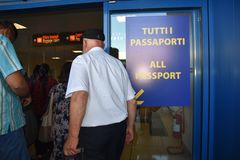 2016 juillet Italie - les gens passent la main de passeport à l'aéroport Image stock