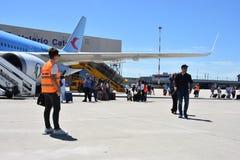 2016 juillet Italie - les gens s'attaquent en bas de l'avion à l'aéroport Images stock