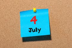 4 juillet Jour 4 du mois, calendrier d'autocollant de couleur sur le panneau d'affichage Jeunes adultes Fin vers le haut Images stock