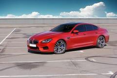 5 juillet 2016 ; Kiev, Ukraine BMW M6 sur un ciel nuageux de fond speed-way photographie stock libre de droits