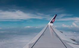 2 juillet 2018 La Chine, Macao Vue d'aile d'avion par la fenêtre plate, les nuages et le ciel bleu photographie stock libre de droits