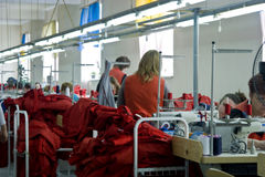 21 juillet 2017 : Les travailleurs de l'usine de vêtement dans la ville ukrainienne de Balta discutent le plan de travail Photos stock