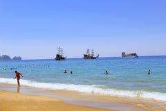 Juillet 2017 - les vacances se baignent en mer et les prennent un bain de soleil au soleil sur Cleopatra Beach Alanya, Turquie Photo stock