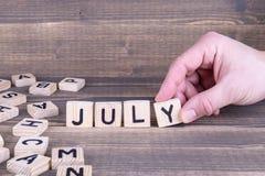 juillet Lettres en bois sur le bureau Photographie stock libre de droits