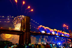 4 juillet 2014 pont de Brooklyn de feux d'artifice Manhattan Images stock