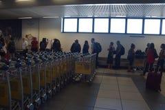 2016 juillet Verona Italy - touristes et chariots de bagages à l'aéroport de Vérone Image stock