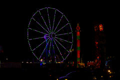 4 juillet vert et pourpre Ferris Wheel dans le carnaval la nuit Photos stock