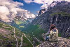 25 juillet 2015 : Voyageur à la route de Trollstigen, Norvège Images stock