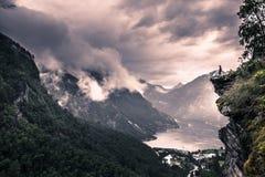 24 juillet 2015 : Voyageur au point de vue de Flydalshuvet dans Geirangerfjord, site de patrimoine mondial, Norvège Photos stock