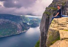 20 juillet 2015 : Voyageur au sommet de la roche de pupitre, Norwa Photographie stock libre de droits
