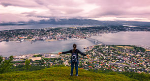 31 juillet 2015 : Voyageur en haut de bâti Storsteinen dans Tromso Photo libre de droits