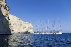 22 juillet 2015 - yachts de navigation ancrés dans un golfe dans les Milos île, Cyclades, Grèce Photographie stock