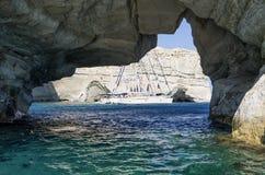 22 juillet 2015 - yachts de navigation ancrés dans un golfe dans les Milos île, Cyclades, Grèce Image stock