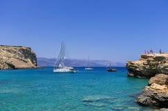 22 juillet 2014 - yachts de navigation ancrés dans un golfe en île d'Ano Koufonisi, Cyclades, Grèce Images libres de droits