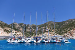 21 juillet 2015 - yachts de navigation ancrés dans une baie en île de Polyaigos, Cyclades, Grèce Photo libre de droits