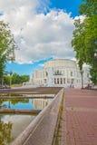 24 juin 2015 : Fontaine près de théâtre d'opéra, Minsk Photographie stock libre de droits
