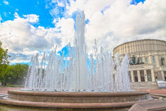 24 juin 2015 : Fontaine près de théâtre d'opéra, Minsk Image stock