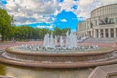 24 juin 2015 : Fontaine près de théâtre d'opéra, Minsk Photographie stock