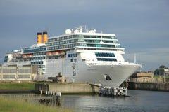 13 juin 2014 IJmuiden : Costa Neo Romantica quittant le dock sur j Photos stock