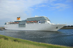 13 juin 2014 IJmuiden : Costa Neo Romantica sur la Mer du Nord Cana Photos stock