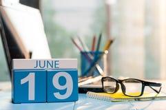 19 juin Jour 19 du mois, calendrier en bois de couleur sur le fond de bureau d'audit Jeunes adultes L'espace vide pour le texte Images libres de droits